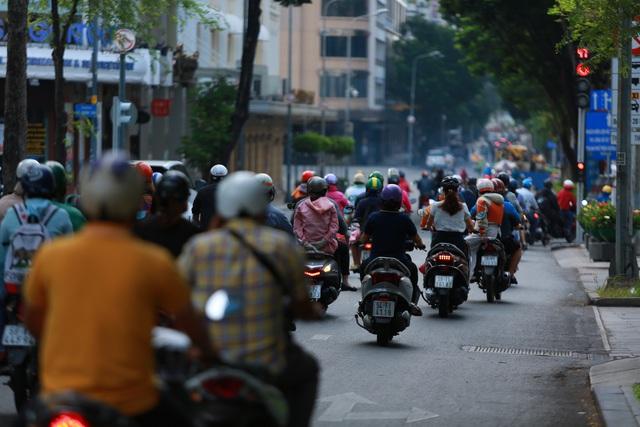 [Ảnh] Đường phố nhộn nhịp trở lại, các phương tiện chen chân chờ đèn đỏ ngày đầu tiên hết cách ly toàn xã hội ở TP.HCM - Ảnh 9.