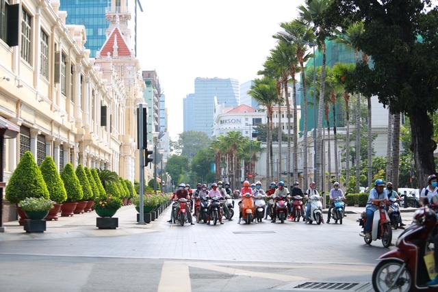 [Ảnh] Đường phố nhộn nhịp trở lại, các phương tiện chen chân chờ đèn đỏ ngày đầu tiên hết cách ly toàn xã hội ở TP.HCM - Ảnh 10.
