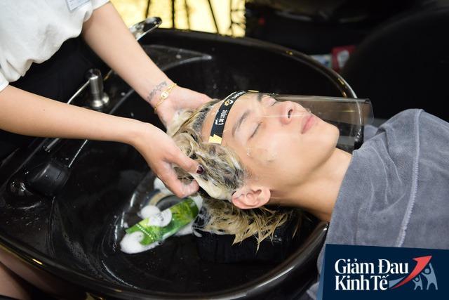 Ngày đầu chuỗi 30Shine mở cửa trở lại: Kín lịch cắt tóc, nhân viên làm việc liên tục từ 7h30 sáng tới 23h khuya - Ảnh 2.