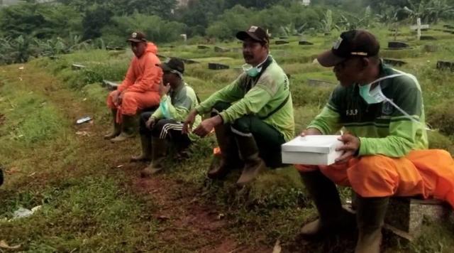 Người hành nghề đào mộ tại Indonesia không có thời gian để thở vì dịch Covid-19 - Ảnh 3.