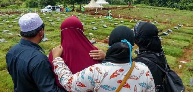 Người hành nghề đào mộ tại Indonesia không có thời gian để thở vì dịch Covid-19 - Ảnh 4.