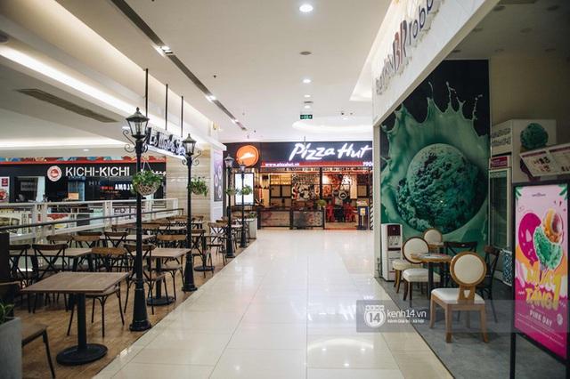 Thủ đô Hà Nội buổi tối đầu tiên nới lỏng giãn cách xã hội: Phố xá, trung tâm thương mại vắng vẻ, quán cafe lại đông nghịt như chưa hề có cách ly - Ảnh 1.