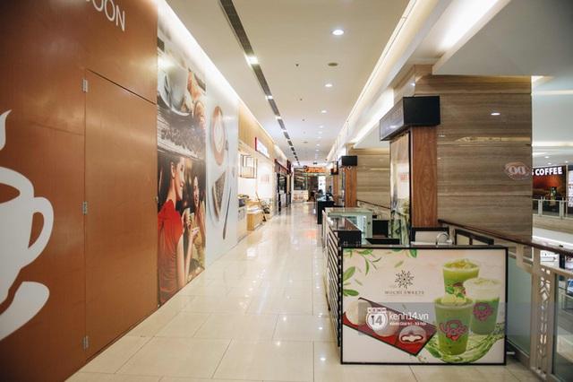 Thủ đô Hà Nội buổi tối đầu tiên nới lỏng giãn cách xã hội: Phố xá, trung tâm thương mại vắng vẻ, quán cafe lại đông nghịt như chưa hề có cách ly - Ảnh 2.