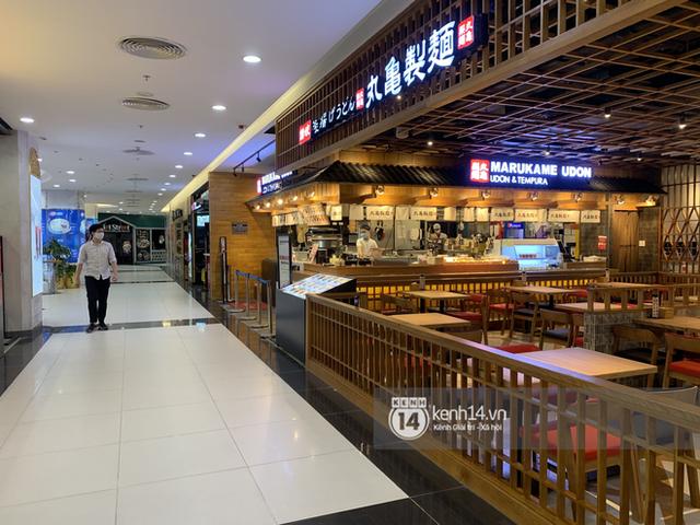 Thủ đô Hà Nội buổi tối đầu tiên nới lỏng giãn cách xã hội: Phố xá, trung tâm thương mại vắng vẻ, quán cafe lại đông nghịt như chưa hề có cách ly - Ảnh 3.
