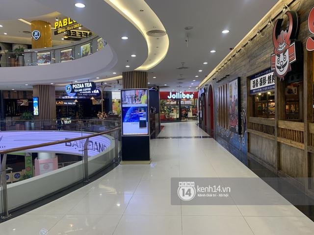 Thủ đô Hà Nội buổi tối đầu tiên nới lỏng giãn cách xã hội: Phố xá, trung tâm thương mại vắng vẻ, quán cafe lại đông nghịt như chưa hề có cách ly - Ảnh 4.