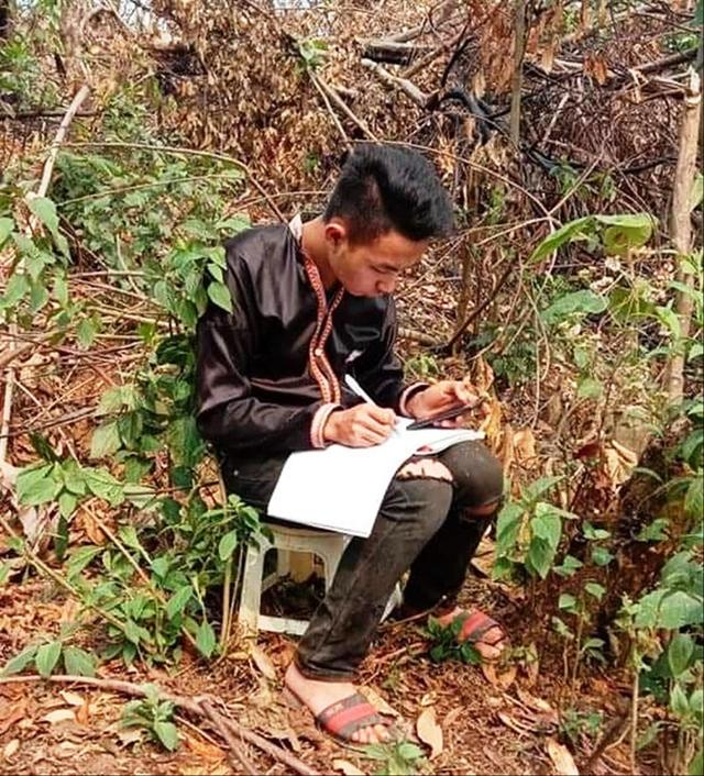 Dựng lán, đào củ kiếm tiền học trực tuyến trong mùa COVID-19 - Ảnh 1.