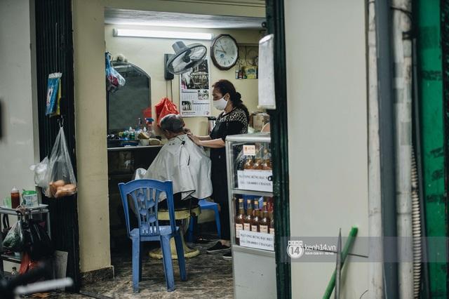 Người Hà Nội ngồi đợi được cắt tóc sau 3 tuần cách ly xã hội - Ảnh 13.