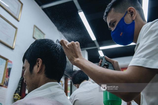 Người Hà Nội ngồi đợi được cắt tóc sau 3 tuần cách ly xã hội - Ảnh 6.