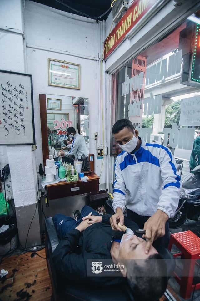 Người Hà Nội ngồi đợi được cắt tóc sau 3 tuần cách ly xã hội - Ảnh 7.