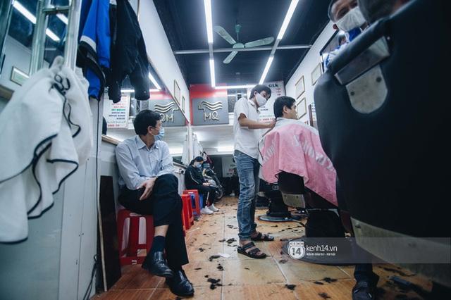 Người Hà Nội ngồi đợi được cắt tóc sau 3 tuần cách ly xã hội - Ảnh 8.