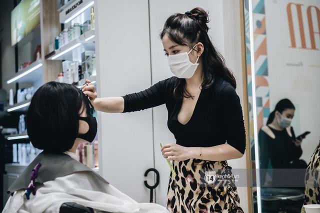 Người Hà Nội ngồi đợi được cắt tóc sau 3 tuần cách ly xã hội - Ảnh 10.