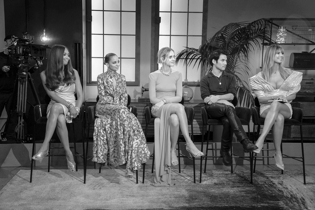 Siêu mẫu Heidi Klum thần thái, quyền lực với thiết kế của Công Trí trong chương trình thực tế Making the Cut  - Ảnh 9.