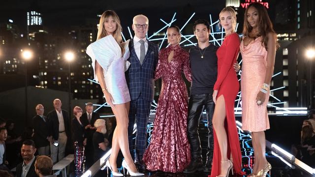 Siêu mẫu Heidi Klum thần thái, quyền lực với thiết kế của Công Trí trong chương trình thực tế Making the Cut  - Ảnh 10.