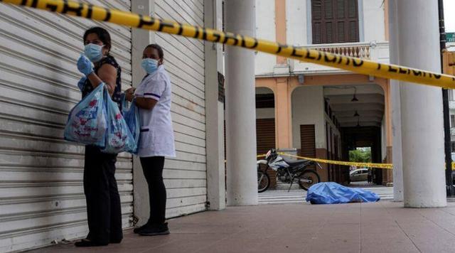 Bệnh viện, nhà xác chật cứng: Nhiều thi thể người bệnh COVID-19 ở Ecuador bị bỏ mặc ngay giữa đường phố - Ảnh 1.