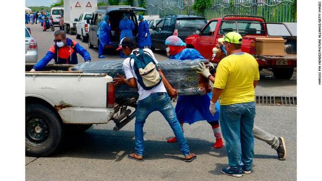 Bệnh viện, nhà xác chật cứng: Nhiều thi thể người bệnh COVID-19 ở Ecuador bị bỏ mặc ngay giữa đường phố - Ảnh 2.