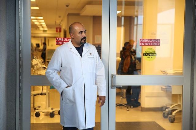 Câu chuyện khiến nhiều người phải suy ngẫm về công cuộc chiến đấu chống Covid-19 ở 2 bệnh viện đối lập của Mỹ: Khi đã cận kề cái chết, giàu hay nghèo cũng chẳng còn ý nghĩa - Ảnh 5.