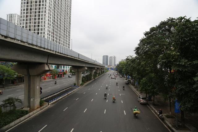 Ảnh: Cảnh tượng khác lạ tại những điểm đen ùn tắc giao thông của Hà Nội giữa mùa dịch Covid-19 - Ảnh 5.