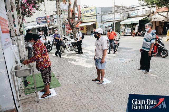 Máy ATM nhả ra gạo miễn phí cho người nghèo giữa thời dịch ở Sài Gòn, đảm bảo không một ai bị bỏ lại phía sau - Ảnh 1.