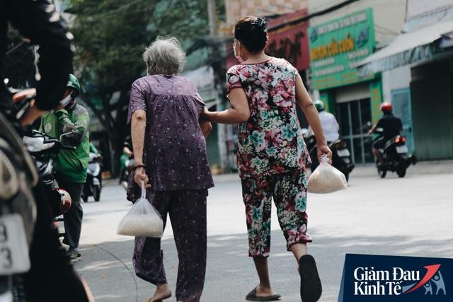 Máy ATM nhả ra gạo miễn phí cho người nghèo giữa thời dịch ở Sài Gòn, đảm bảo không một ai bị bỏ lại phía sau - Ảnh 14.