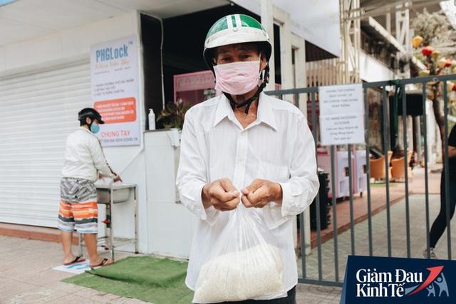 Máy ATM nhả ra gạo miễn phí cho người nghèo giữa thời dịch ở Sài Gòn, đảm bảo không một ai bị bỏ lại phía sau - Ảnh 15.