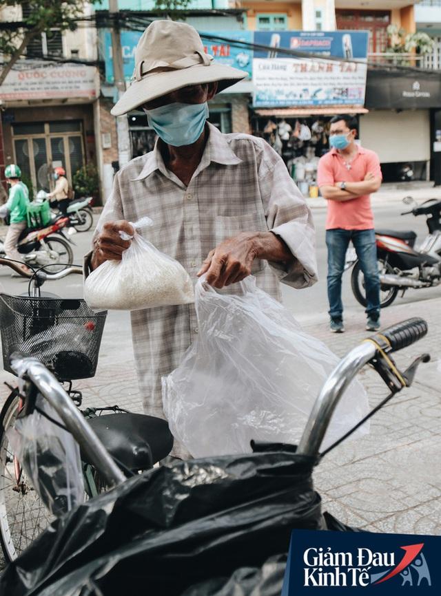 Máy ATM nhả ra gạo miễn phí cho người nghèo giữa thời dịch ở Sài Gòn, đảm bảo không một ai bị bỏ lại phía sau - Ảnh 18.