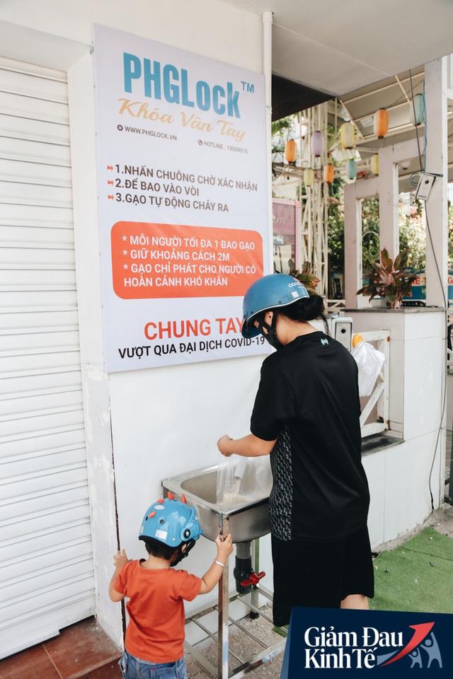 Máy ATM nhả ra gạo miễn phí cho người nghèo giữa thời dịch ở Sài Gòn, đảm bảo không một ai bị bỏ lại phía sau - Ảnh 19.
