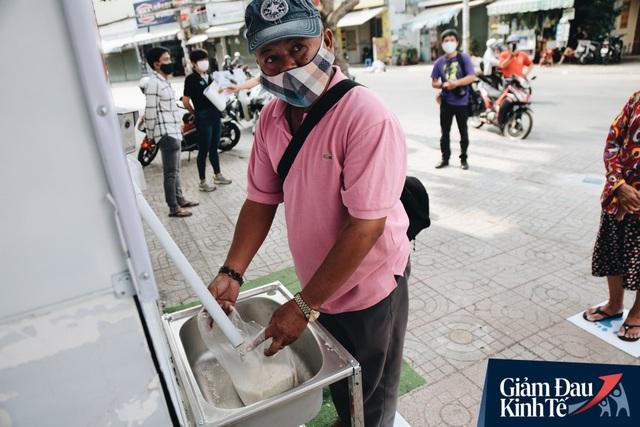 Máy ATM nhả ra gạo miễn phí cho người nghèo giữa thời dịch ở Sài Gòn, đảm bảo không một ai bị bỏ lại phía sau - Ảnh 20.