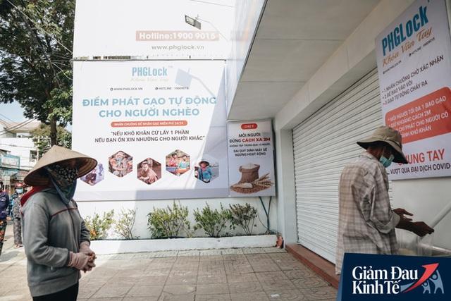 Máy ATM nhả ra gạo miễn phí cho người nghèo giữa thời dịch ở Sài Gòn, đảm bảo không một ai bị bỏ lại phía sau - Ảnh 21.