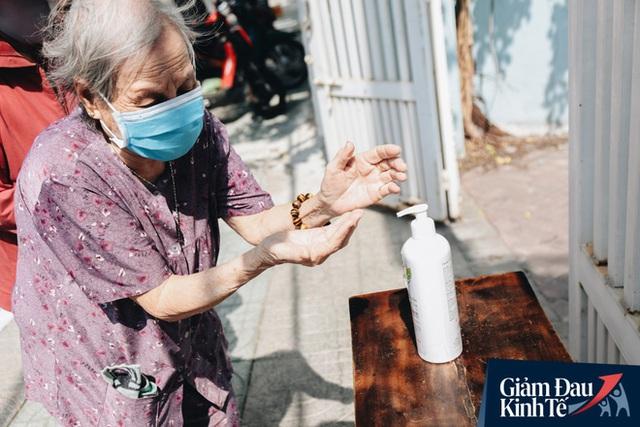 Máy ATM nhả ra gạo miễn phí cho người nghèo giữa thời dịch ở Sài Gòn, đảm bảo không một ai bị bỏ lại phía sau - Ảnh 9.