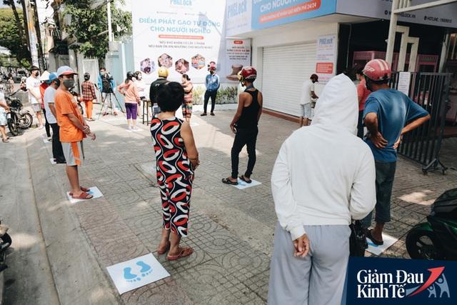 Máy ATM nhả ra gạo miễn phí cho người nghèo giữa thời dịch ở Sài Gòn, đảm bảo không một ai bị bỏ lại phía sau - Ảnh 10.