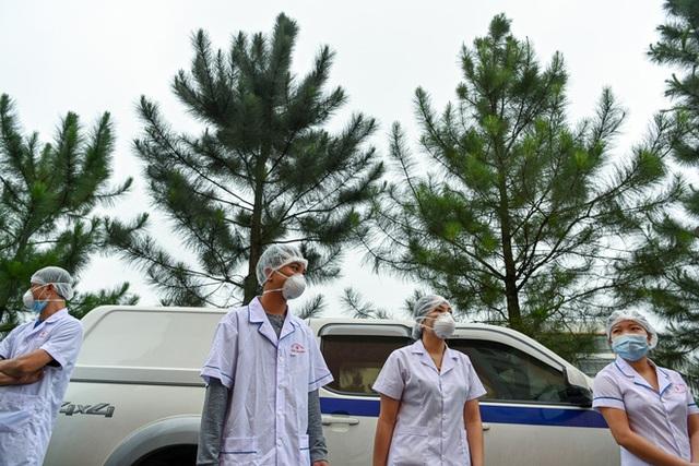 [Phóng sự ảnh] Thợ săn Covid và cuộc sống đằng sau của những lá chắn sống ngăn SARS-CoV-2 ở Hà Nội - Ảnh 15.