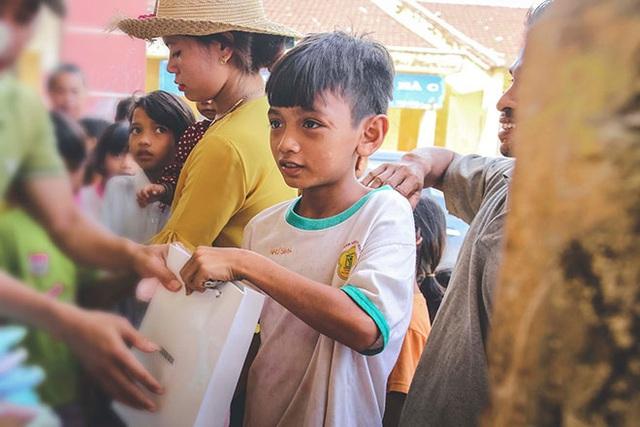 Lấy quà định cho đứa trẻ nghèo, chàng trai liền bị bạn ngăn cản và trách mắng: Lý do cảnh tỉnh nhiều người tốt bụng - Ảnh 1.
