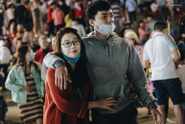 Chùm ảnh: Chợ đêm Đà Lạt đông kinh hoàng, khách du lịch ngồi la liệt để ăn uống dịp nghỉ lễ - Ảnh 7.