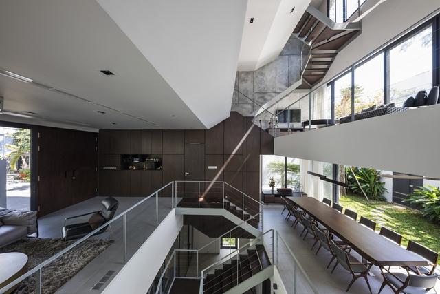Bị hạn chế chiều cao, ngôi nhà ở TP HCM làm thêm một tầng hầm xa xỉ - Ảnh 3.