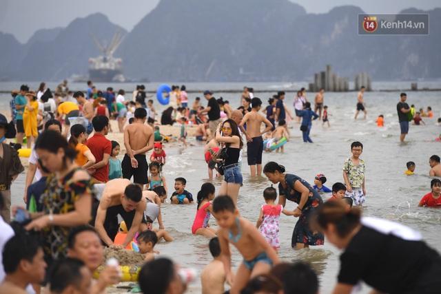 Bãi biển Hạ Long nhộn nhịp, khu vui chơi náo nhiệt sau một ngày hoạt động trở lại - Ảnh 1.