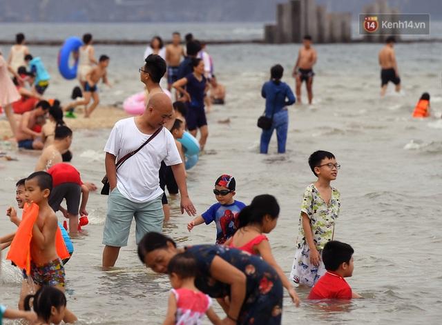 Bãi biển Hạ Long nhộn nhịp, khu vui chơi náo nhiệt sau một ngày hoạt động trở lại - Ảnh 2.