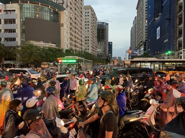 Giờ tan tầm mưa giông xối xả, người Hà Nội vất vả tìm lối về nhà cùng đặc sản tắc đường - Ảnh 2.