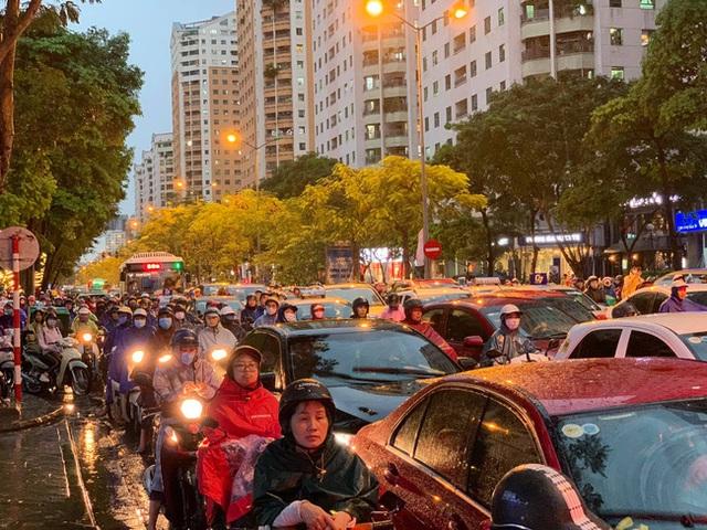 Giờ tan tầm mưa giông xối xả, người Hà Nội vất vả tìm lối về nhà cùng đặc sản tắc đường - Ảnh 3.