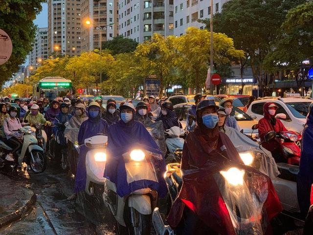 Giờ tan tầm mưa giông xối xả, người Hà Nội vất vả tìm lối về nhà cùng đặc sản tắc đường - Ảnh 4.