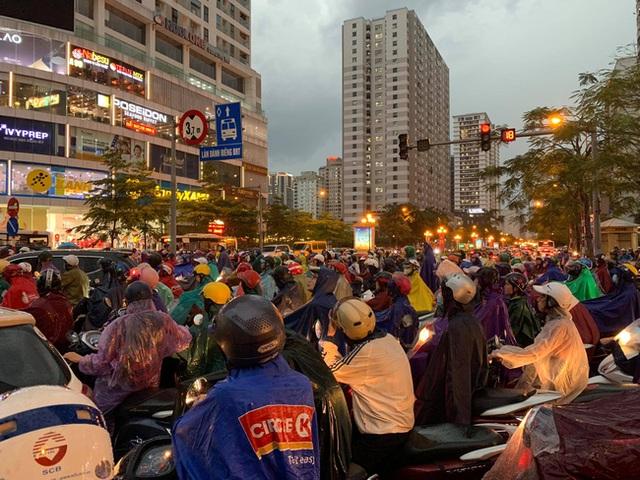Giờ tan tầm mưa giông xối xả, người Hà Nội vất vả tìm lối về nhà cùng đặc sản tắc đường - Ảnh 5.