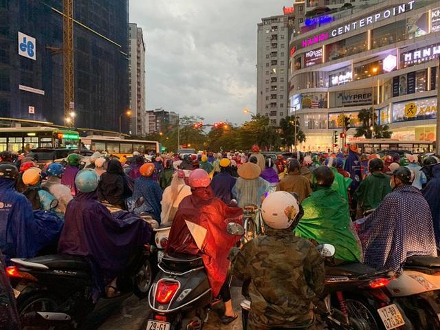 Giờ tan tầm mưa giông xối xả, người Hà Nội vất vả tìm lối về nhà cùng đặc sản tắc đường - Ảnh 8.