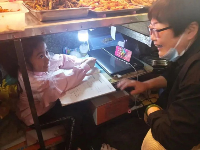 Trên sạp hàng là cuộc sống, dưới sạp hàng là hy vọng: Câu chuyện cảm động về bé lớp 1 ngồi học dưới sạp hàng của mẹ - Ảnh 5.