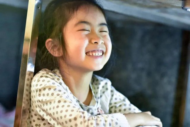 Trên sạp hàng là cuộc sống, dưới sạp hàng là hy vọng: Câu chuyện cảm động về bé lớp 1 ngồi học dưới sạp hàng của mẹ - Ảnh 7.