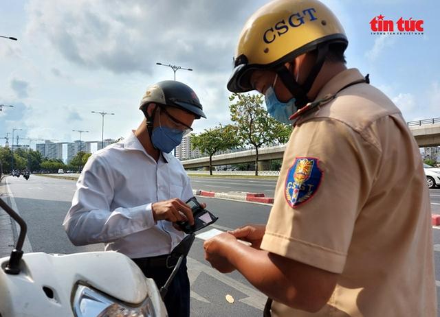 Ngày đầu ra quân kiểm tra phương tiện giao thông, nhiều trường hợp bị phạt vi phạm tốc độ  - Ảnh 2.