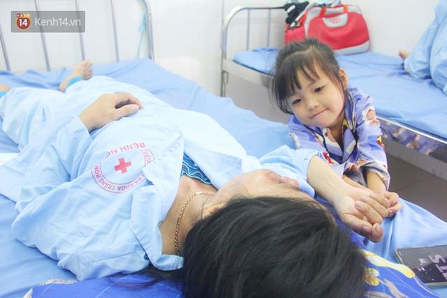 Bố mẹ bị vùi trong đống đổ nát vụ sập công trình kinh hoàng, 2 đứa trẻ bơ vơ trong bệnh viện: Tụi nhỏ không chịu ăn, cứ lo mẹ sẽ chết - Ảnh 4.