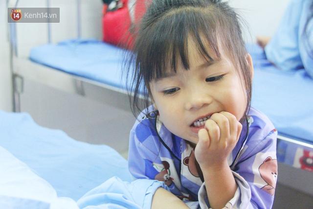 Bố mẹ bị vùi trong đống đổ nát vụ sập công trình kinh hoàng, 2 đứa trẻ bơ vơ trong bệnh viện: Tụi nhỏ không chịu ăn, cứ lo mẹ sẽ chết - Ảnh 5.