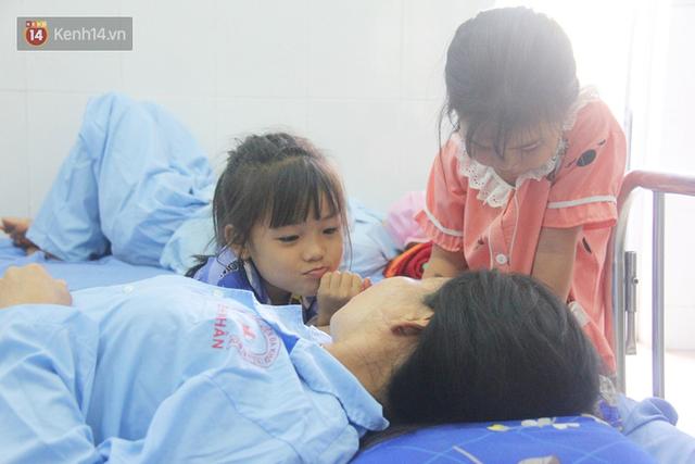 Bố mẹ bị vùi trong đống đổ nát vụ sập công trình kinh hoàng, 2 đứa trẻ bơ vơ trong bệnh viện: Tụi nhỏ không chịu ăn, cứ lo mẹ sẽ chết - Ảnh 6.