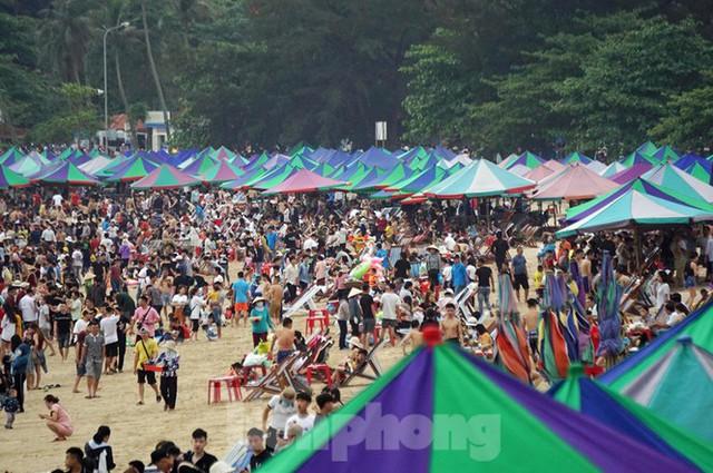 Nắng nóng cuối tuần sau nghỉ lễ, bãi biển Đồ Sơn thất thủ  - Ảnh 2.