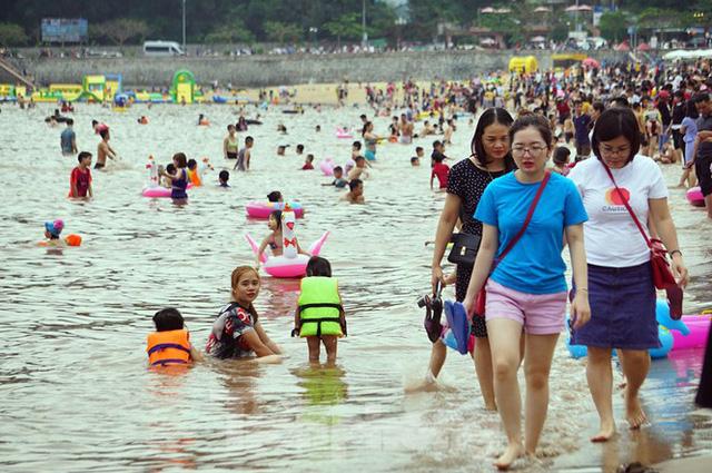Nắng nóng cuối tuần sau nghỉ lễ, bãi biển Đồ Sơn thất thủ  - Ảnh 3.