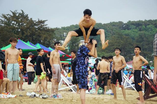Nắng nóng cuối tuần sau nghỉ lễ, bãi biển Đồ Sơn thất thủ  - Ảnh 5.